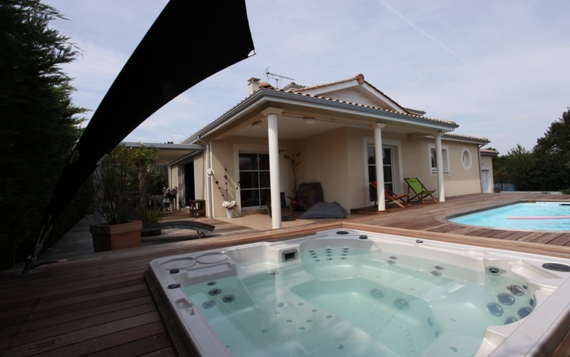 Maison contemporaine avec piscine et spa maisons bati sud - Maison et spa ...