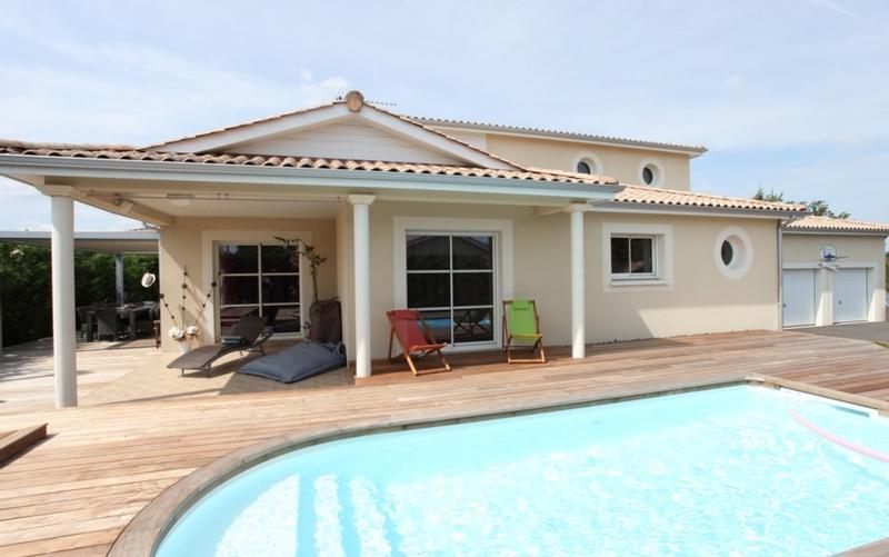 Maison contemporaine avec piscine et spa maisons bati sud for Salon maison contemporaine