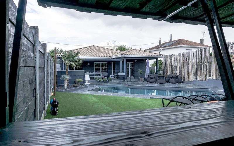 Maison moderne avec pergola à lames orientables - Maisons Bati Sud