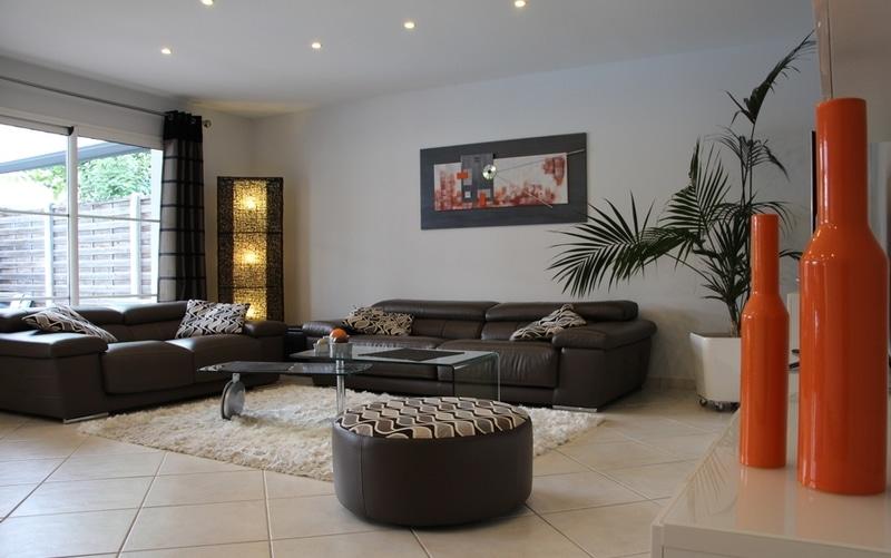 maison moderne tuiles grises et toit plat maisons bati sud. Black Bedroom Furniture Sets. Home Design Ideas