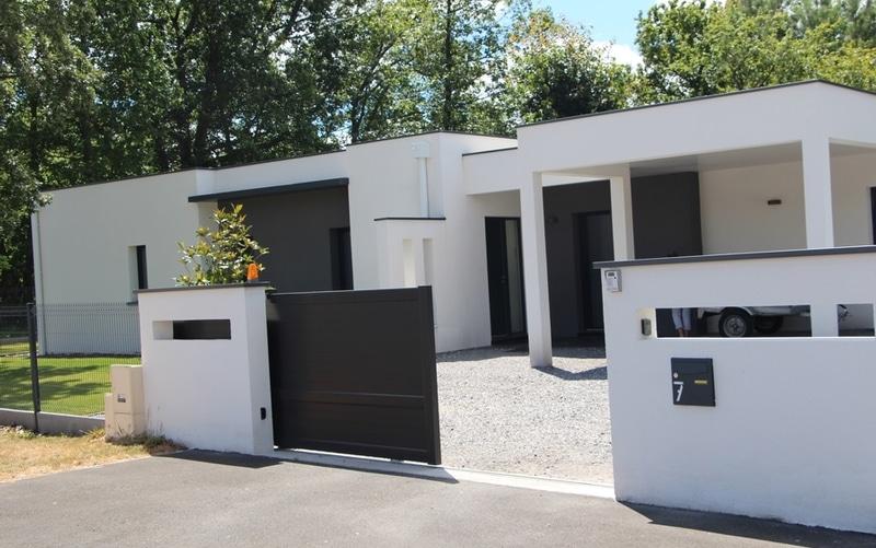 Maison moderne toit terrasse 05 maisons bati sud for Maison bati