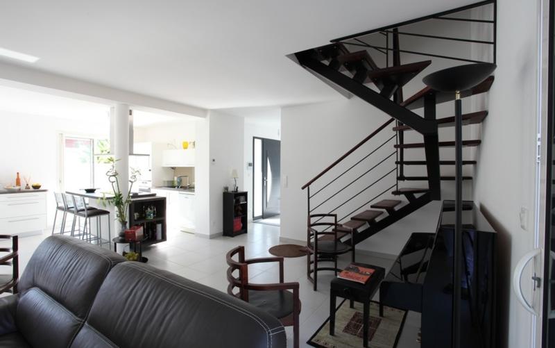 Maison contemporaine à étage grise et blanche - Maisons Bati Sud